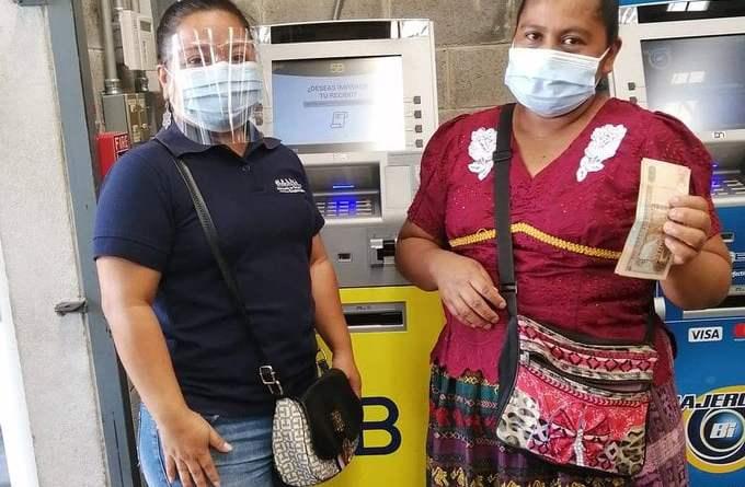 Beneficiada cobrando el Bono Familiar, una ayuda gubernamental de Guatemala por la pandemia