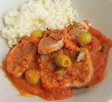 Plato de lengua en salsa guatemalteca acompañada con arroz un delicioso platillo de la gastronomía guatemalteca