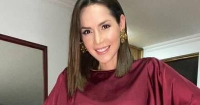 La hermosa actriz Carmen Villalobos con un blusa roja