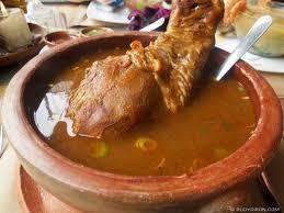 Kak'ik un delicioso platillo tipico de guatemala, este es de pollo, lo puedes degustar en cualquier comedor y siempre se sirven en escudillas de barro.