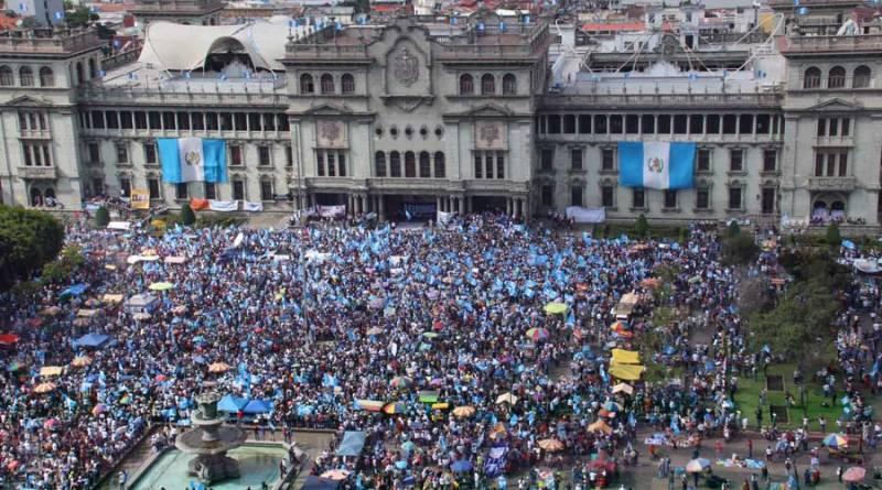 Manifestación que lleno el parque central de Guatemala, los manifestantes pedian la renuncia de Roxana Baldetty y Otto Perez Molina.