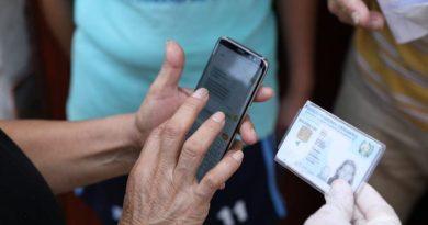 PErsona en su celular recibien un mensaje de texto sobre el bono familia