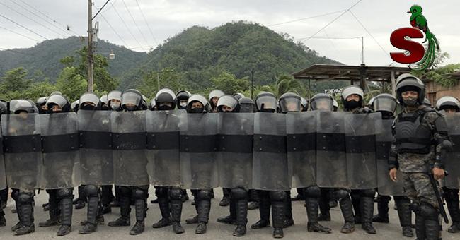 Militares bloquean caravana de migrantes ilegales hondureños en Izabal, utilizando equipo anti motines.