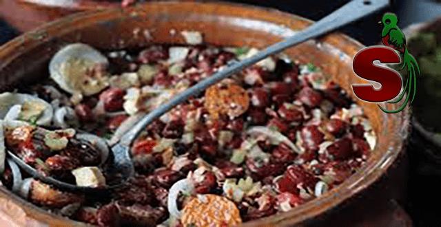 Un delicioso plato de piloyada antigüeña servida en una escudilla de barro