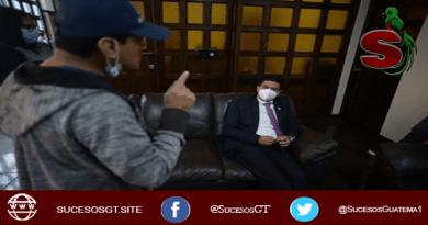 El delincuente Alexander García intimidando al magistrado Mynor Moto