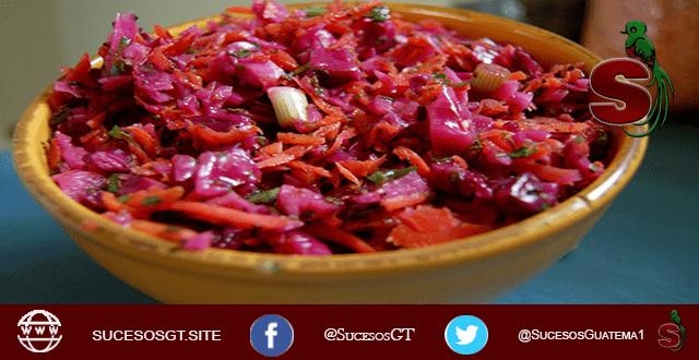 Plato de Curtido Guatemalteco, platillo típico de Guatemala que usa como ingrediente principal la remolacha, servido en una escudilla