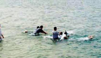 إنتشال جثة أحد الصيادين المصريين بالبحر الأحمر