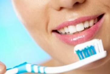 بالفيديو.. 10 أخطاء ترتكبها عند تنظيف أسنانك