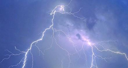 صاعقة تقتل سعودياً أراد تصوير الأمطار