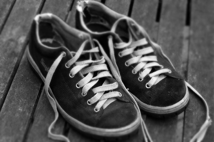 شاب يتعرف على حذائه المسروق من المسجد أثناء بيعه في السوق