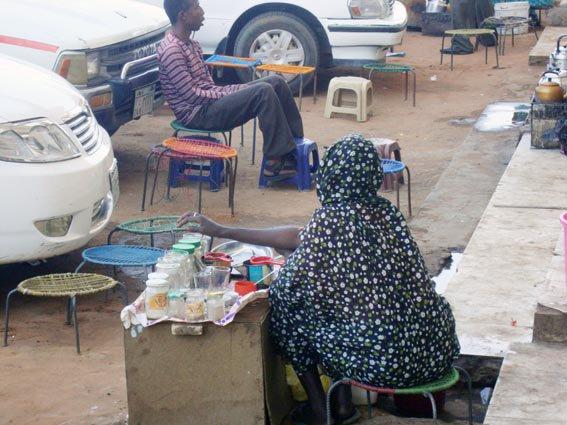 إخلاء شارع النيل من «ستات» الشاي