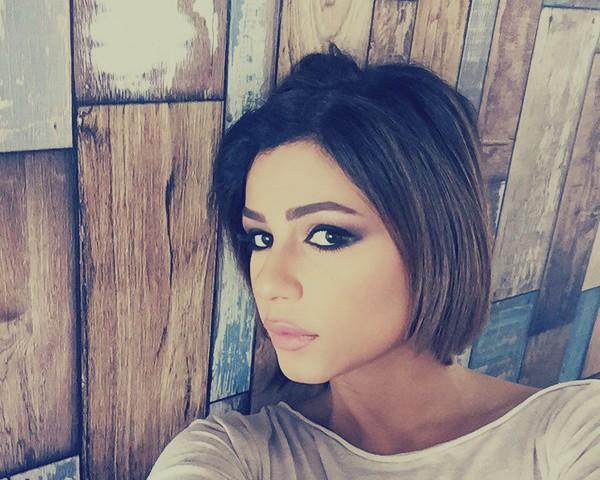 """بالصور.. """"مذيعة قناة العربية"""" تثير السخرية بقبعتها الذهبية الغريبة: """"مركبه فضائية فوق راسها"""""""