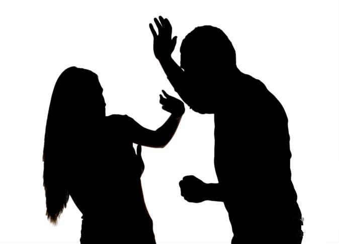 فنانة تنهال بالضرب والشتم على حبيبها بعد ضبطه مع فتاة آخرى