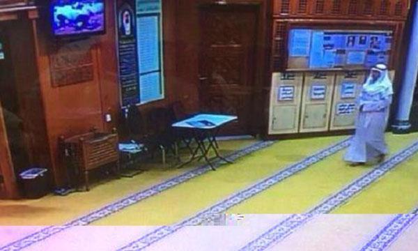 شهود عيان: مفجر جامع الإمام الصادق اخترق الصفوف وصاح أريد اللحاق بالإفطار مع الرسول