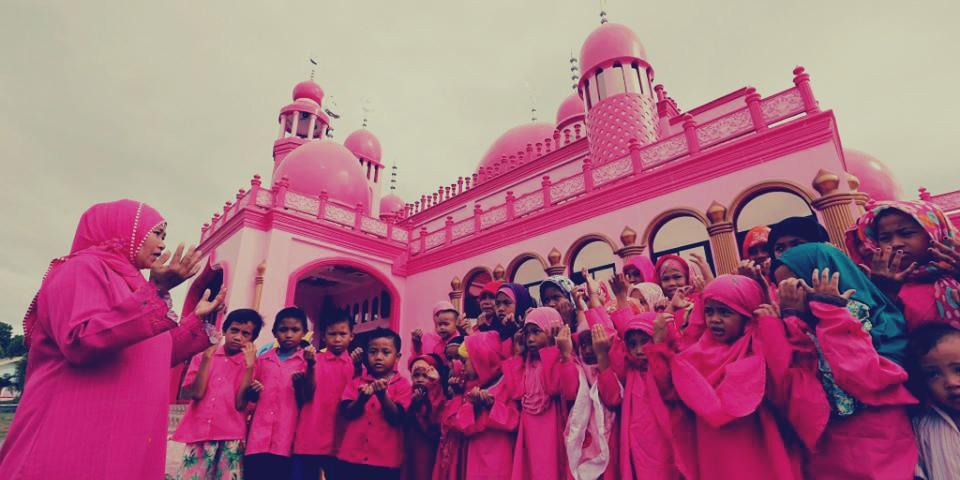 """بالصور: مسلمو الفلبين يستقبلون """"رمضان"""" الصلاة وقراءة القرآن في رحاب المسجد الوردي"""