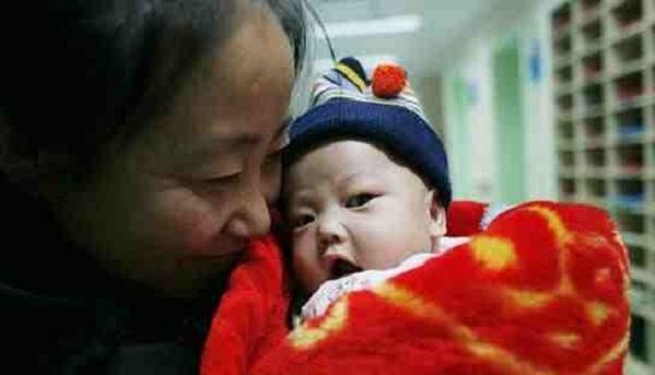 بالصور: مليونيرة تعلن إفلاسها بعد أن تبنت 72 طفلاً