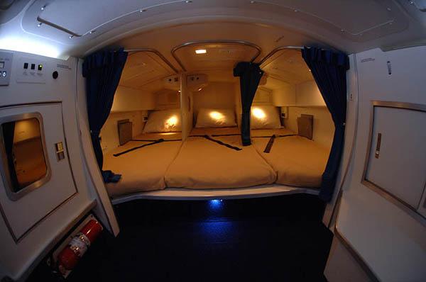 الفصل لمضيفة تمارس الرذيلة في حمام طائرة احدى شركات الطيران الخليجية