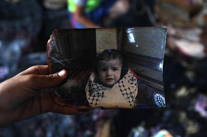 وفاة والد الرضيع الفلسطيني الذي قضى حرقا