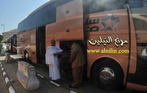 أمانة سائق باص سوداني تعيد لحاج يمني مبلغ كبير من المال بعد أن فقده