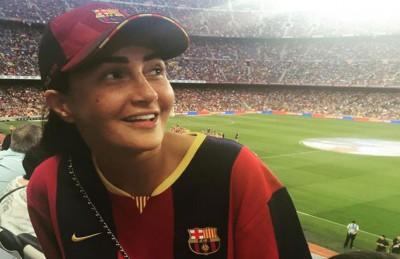 """غادة عبدالرازق تتجاهل أزمة سجن طليقها وتشجع """"برشلونة"""""""