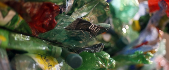 مصري يبني بيت أحلامه من الزجاجات البلاستيكية وإطارات السيارات