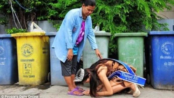 """لحظة مؤثرة.. ملكة جمال تقبل قدم والدتها """"جامعة القمامة"""""""