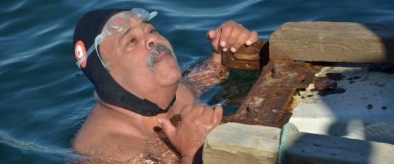سباح تونسي عمره 64 عاماً يسحب سفينة تزن 22 طناً