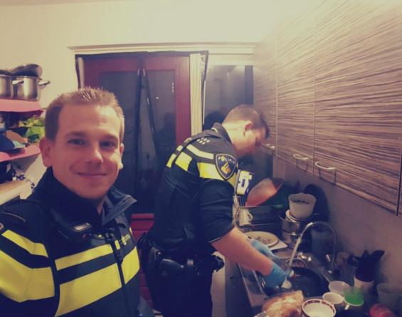 بالصورة: شرطيان يكتسبان الإحترام في هولندا.. طهيا الطعام وغسلا الصحون.. من يتعلم منهما!؟