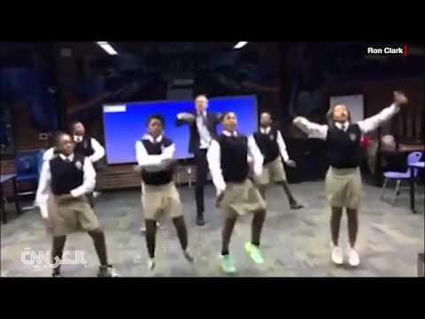 شاهد بالفيديو.. مدرس يتفوق علي طلابه في الرقص