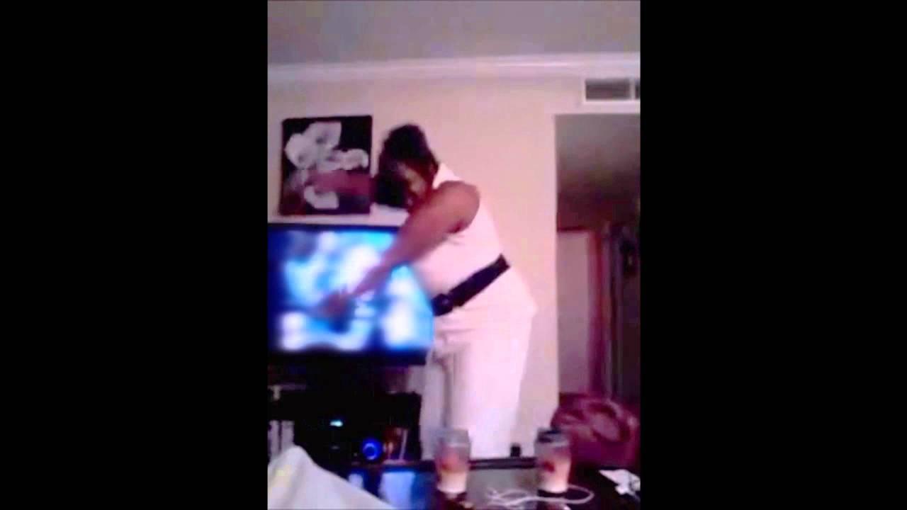 بالفيديو.. «وصلة رقص» تعرض امرأة لموقف محرج أمام زوجها