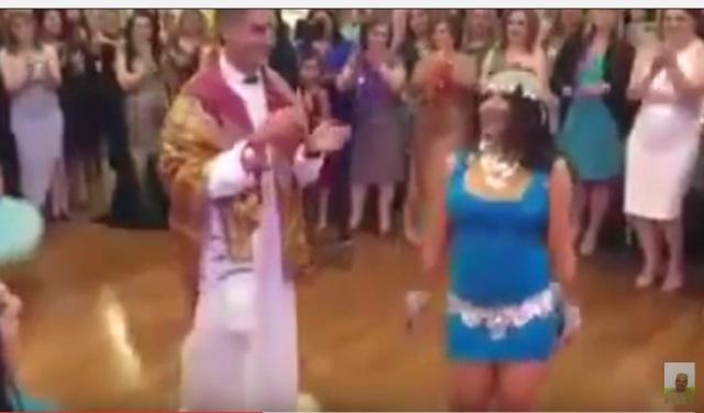 فيديو: عروس اجنبية ترقص بطريقة مثيرة تقليدا لعادة رقيص العروس السودانية