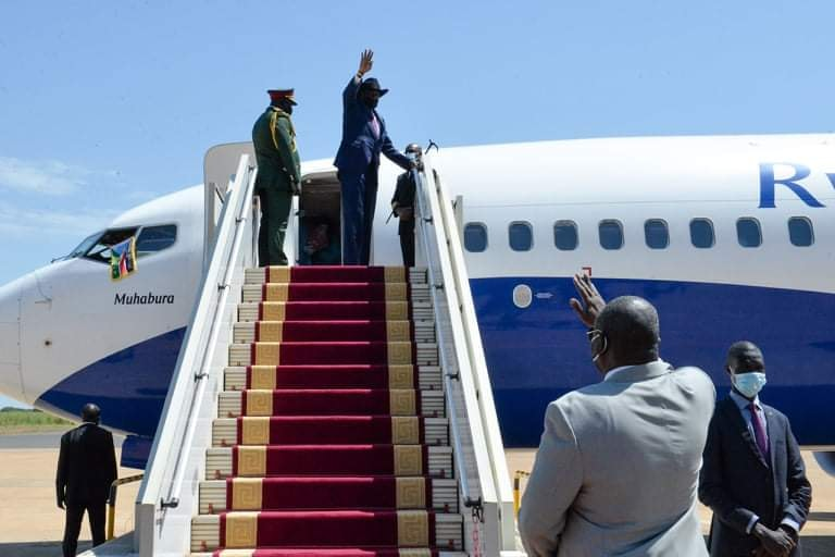 South Sudan President Salva Kiir Mayardit being seen off by FVP Dr. Riek Machar Teny at Cairo Airport. [Photo via presidency]