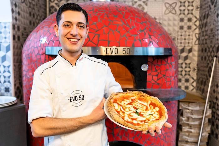 """Alessio Russolillo di """"Evo 50"""": due pizzerie a Napoli, una a Catanzaro e il sogno di conquistare il mondo con la pizza"""