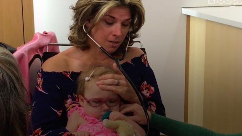 Un moment poignant: une mère écoute le coeur de son fils décédé battre dans le corps d'une petite fille (vidéo)