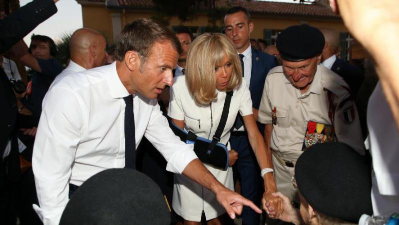Brigitte Macron victime d'une méchante chute sur un bateau: la Première dame s'est luxé l'épaule, elle a le bras en écharpe (photos)