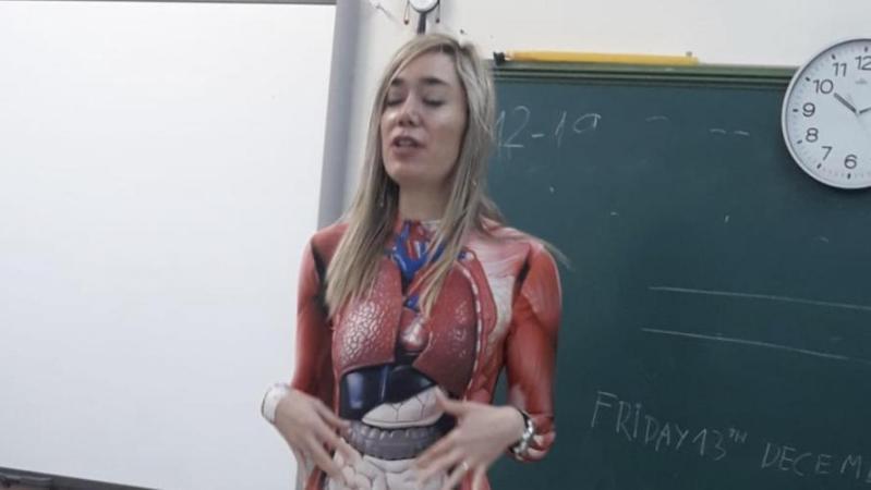 Une prof utilise son propre corps pour donner cours d'anatomie: «Les enfants étaient fous» (photos)