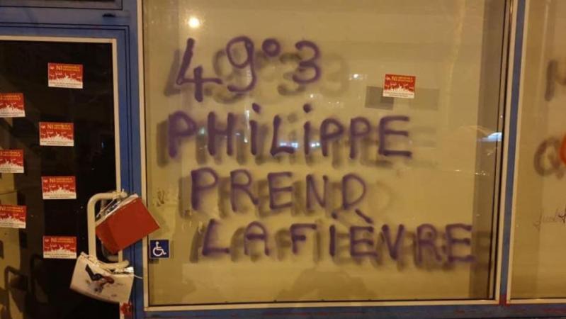 Retraites en France: des rassemblements contre le 49-3, la permanence de Philippe caillassée au Havre (photos+vidéos)