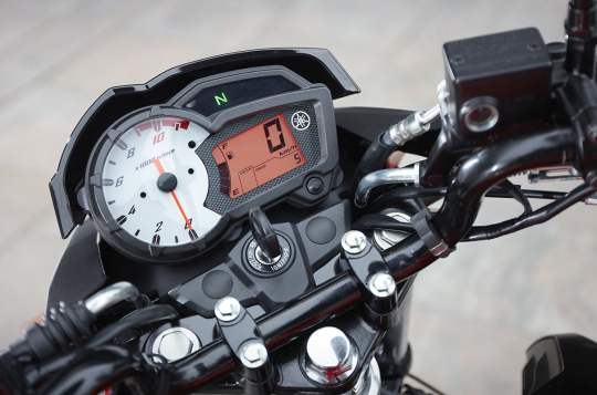La moto YS125 est à l'image de son compteur : minimaliste mais efficace !