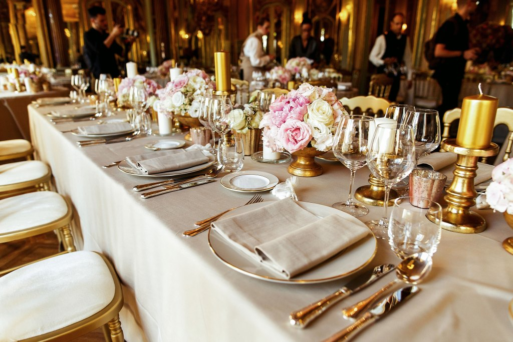 This image has an empty alt attribute; its file name is Gold-Decor-Tables-Wedding-1-1024x683.jpg