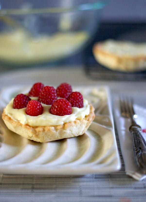 Crostatine-alla-crema-e-lamponi