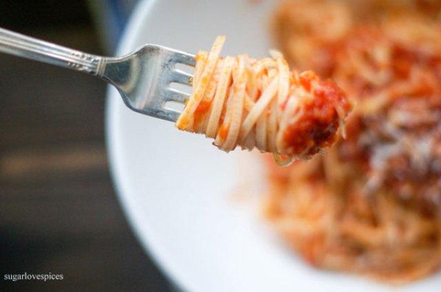 Homemade spaghtti with tomato garlic sauce