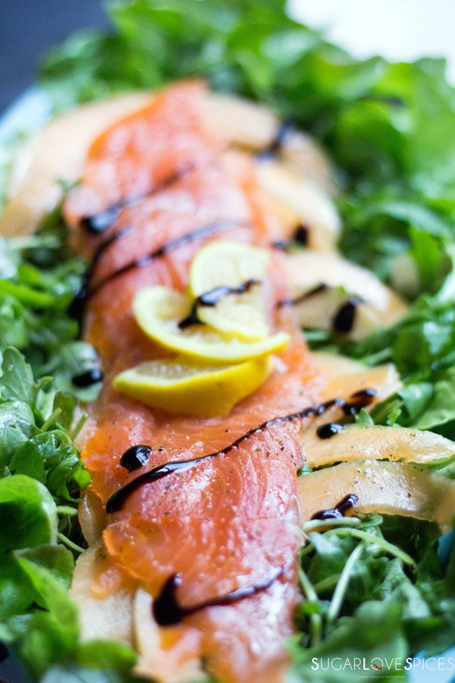 Arugula-salad-with-salmon-and-canteloupe