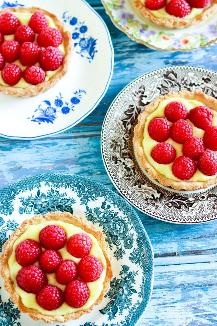 Crostatine crema e lamponi-on different plates