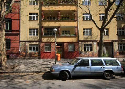 Auto vor Gebäude in Berlin #1 - Sugar Ray Banister