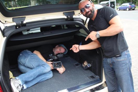 Herz aus Asphalt - Norbert im Kofferraum bei Dreh mit Taxifahrer Ercan Güzey