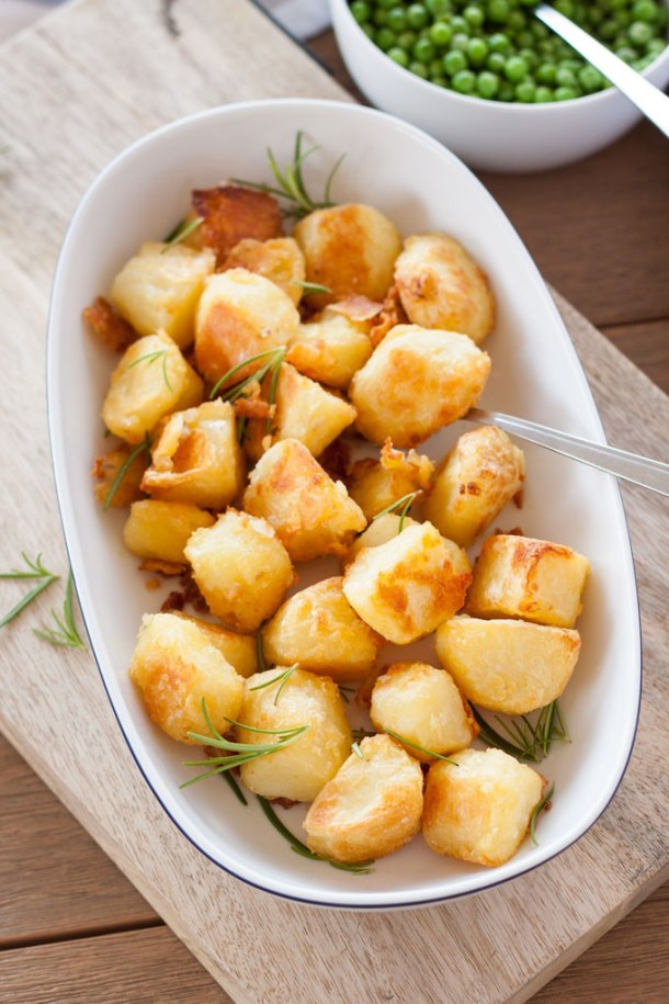 Crispy and golden on the outside, soft and fluffy in the middle - this is how to make Perfect Roast Potatoes #ovenroasted #potatoes