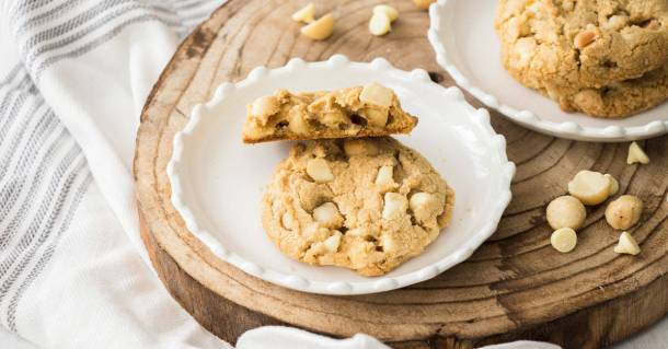 White Chocolate Macadamia Cookies are an absolute classic. Crispy on the edges, a litte chewy in the middle and loaded with white chocolate and macadamias.