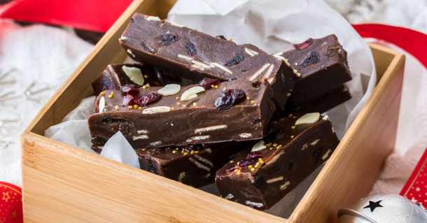 This Christmas Fudge recipe combines the easiest fudge recipe I know and tastes like Christmas pudding. It makes the perfect Christmas food gift for your loved ones too