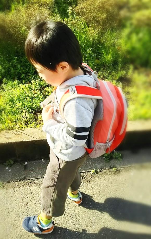 スクールバスを待つ息子