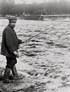 Juhani Aho kalastamassa Viitasaaren Huopanankoskella vuonna 1912.